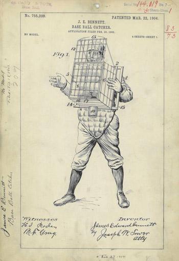 Chiếc lồng đan dây được đeo trước ngực và hoạt động như dụng cụ bắt bóng.