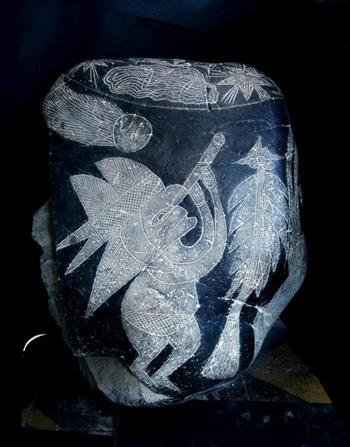 Hòn đá kỳ lạ ở Ica, Peru mô tả một người đội mũ, đang quan sát bầu trời thông qua kính viễn vọng. Ảnh: Eugenia Cabrera/Museo Cabrera