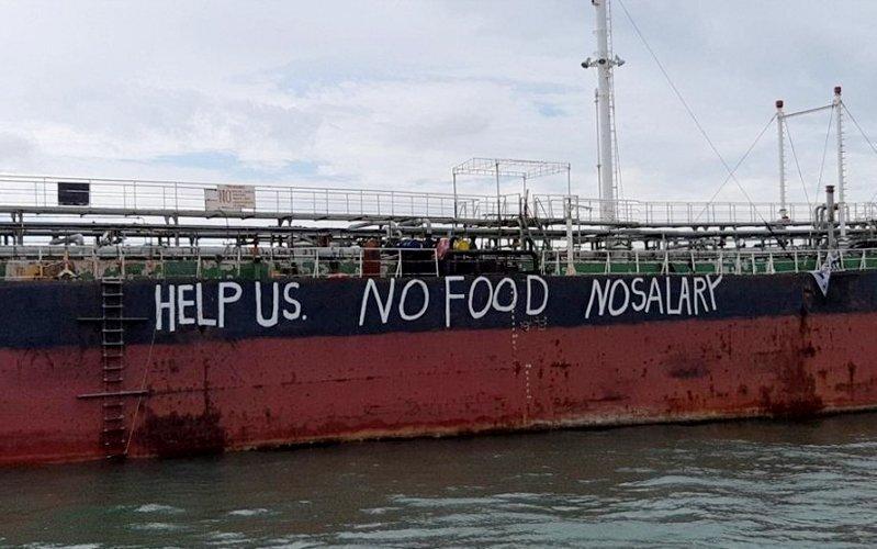 Dòng chữ kêu cứu được các thủy thủ viết trên thân tàu. Ảnh: NUSPM