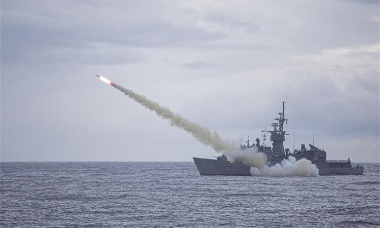 Hộ vệ hạm Ninh Dương phóng tên lửa chống hạm Harpoon ở khu vực ngoài khơi phía nam đảo Đài Loan, ngày 15/7. Ảnh: CNA.