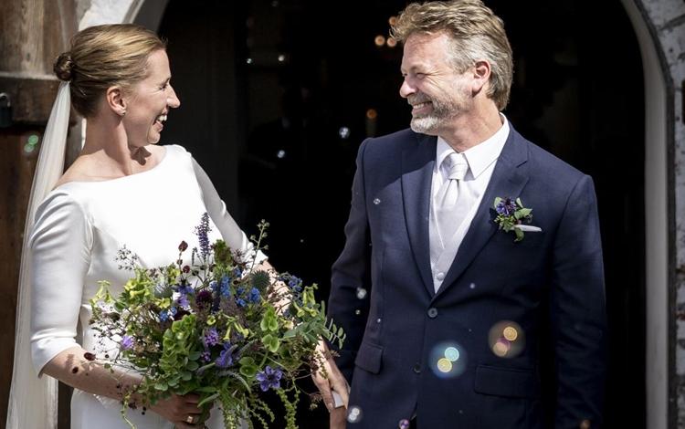Thủ tướng Đan Mạch Mette Frederiksen và chồng Bo Tengberg trong lễ cưới hôm 15/7. Ảnh: AP.