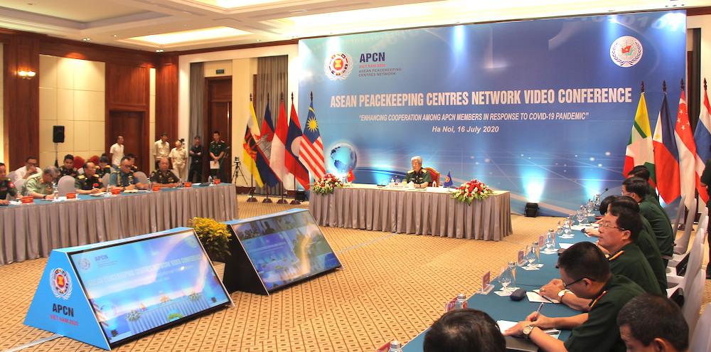 Thượng tướng Nguyễn Chí Vịnh, Thứ trưởng Quốc phòng Việt Nam khai mạc Hội nghị Mạng lưới các Trung tâm Gìn giữ Hoà bình ASEAN (APCN) sáng 16/7. Ảnh: Hiếu Duy