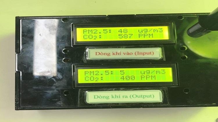 Sinh viên chế tạo đèn tảo đo bụi mịn, lọc không khí - 1