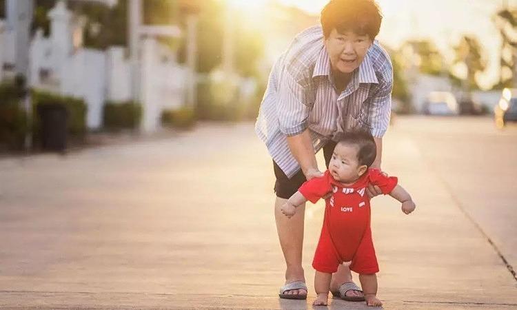Trẻ nuôi con, già trông cháu - Nỗi khổ của nhiều người già Việt