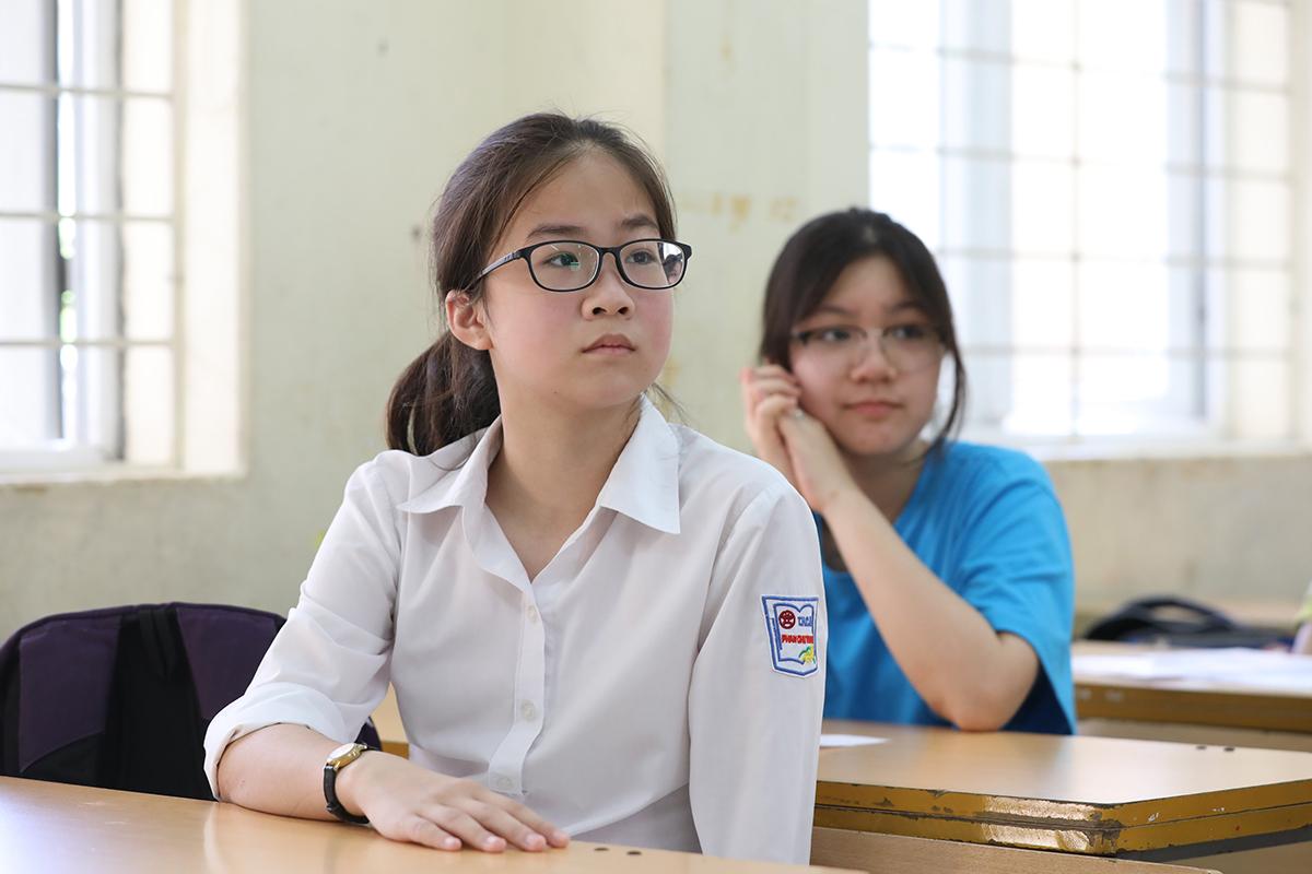 Thí sinh làm thủ tục dự thi vào sáng 16/7 tại điểm thi THCS Lê Quý Đôn - Cầu Giấy. Ảnh: Ngọc Thành.