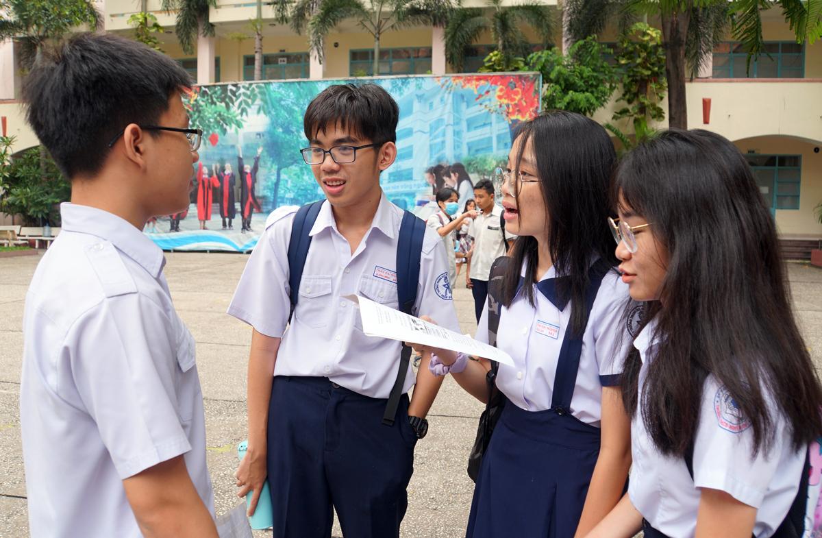 Thí sinh trao đổi sau giờ thi Văn tại điểm thi trường THPT Lương Thế Vinh (quận 1). Ảnh: Mạnh Tùng.