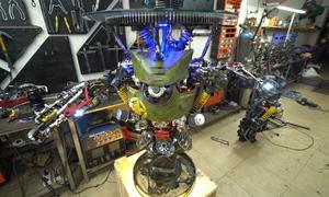 Dùng linh kiện xe chế chiếc bàn robot