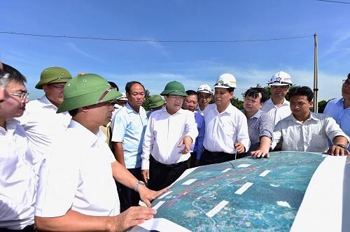 Phó thủ tướng Trịnh Đình Dũng kiểm tra hiện trường giải phóng mặt bằng cao tốc Bắc Nam tại Ninh Bình, ngày 17/7. Ảnh: Đoàn Bắc