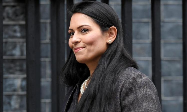 Bộ trưởng Nội vụ Anh Priti Patel bên ngoài phố Downing, London, hôm 13/2. Ảnh: Reuters.