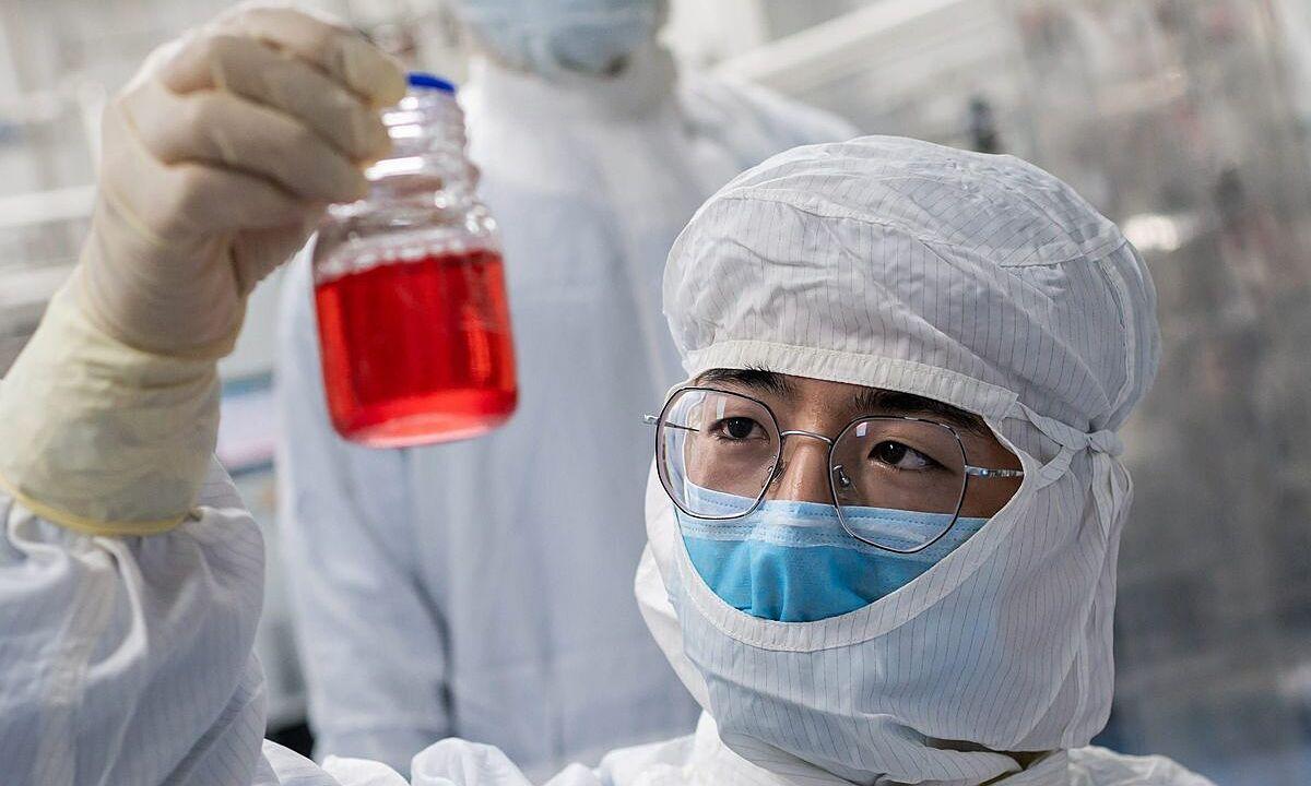 Chuyên viên điều chế vaccine trong một phòng thí nghiệm của Sinovac Biotech, trụ sở ở Bắc Kinh, Trung Quốc, ngày 29/4. Ảnh: AFP.