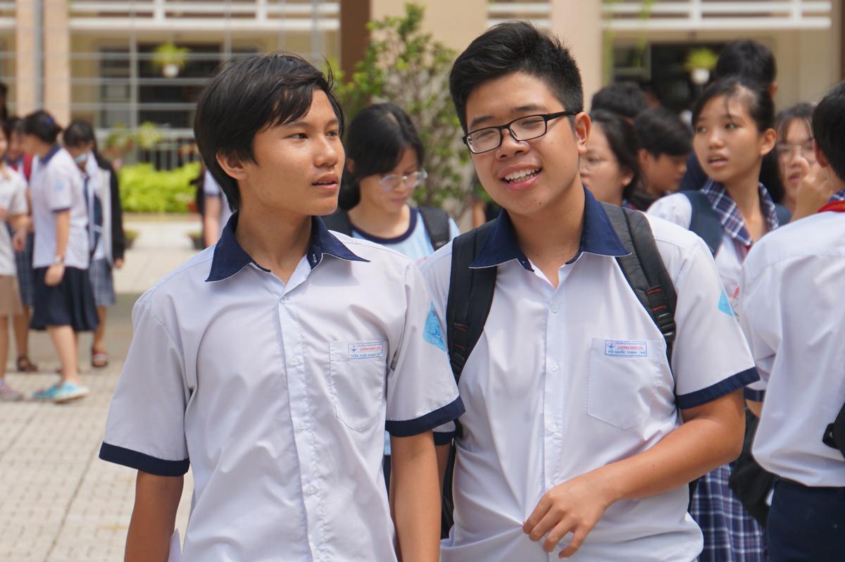 Thí sinh dự thi môn Toán sáng 17/7 kỳ thi tuyển sinh lớp 10 THPT công lập. Ảnh: Mạnh Tùng.