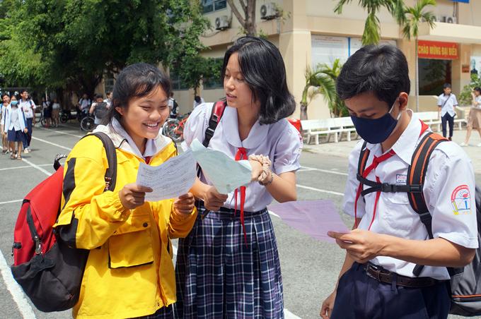 Thí sinh trao đổi sau giờ thi Toán tại trường THCS Lương Định Của (quận 2). Ảnh:Mạnh Tùng.