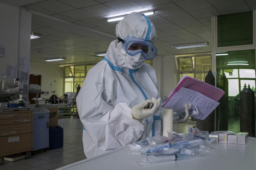 Bác sĩ chuẩn bị thuốc cho bệnh nhân Covid-19 tại Ethiopia ngày 17/7. Ảnh: AFP.