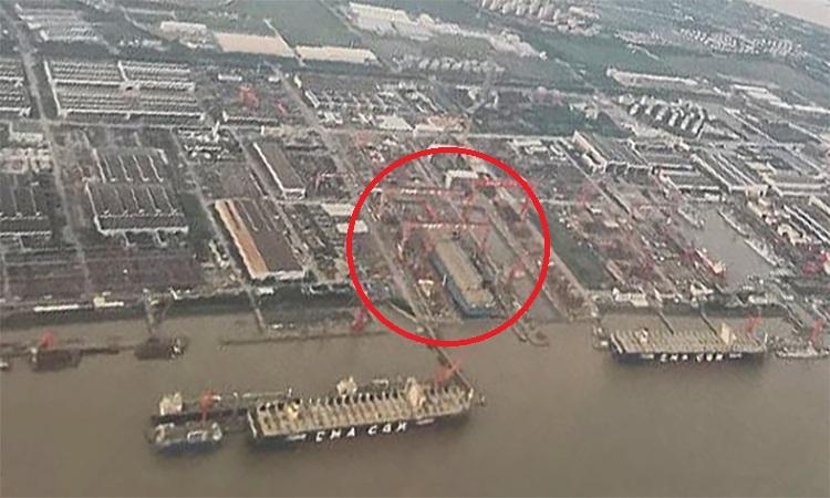 Các khối lắp ráp tàu sân bay Type 002 trong ụ nổi tại Nhà máy Đóng tàu Giang Nam, ngoại ô thành phố Thượng Hải, Trung Quốc.