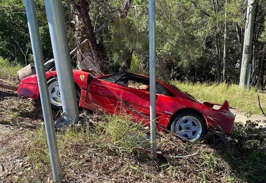 Siêu xe đốn một số cột biển báo và cây cối bên đường. Ảnh: Essex Modified Cruizers