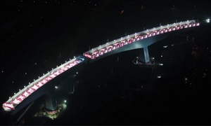 Hai đoạn cầu xoay thẳng hàng phía trên đường sắt