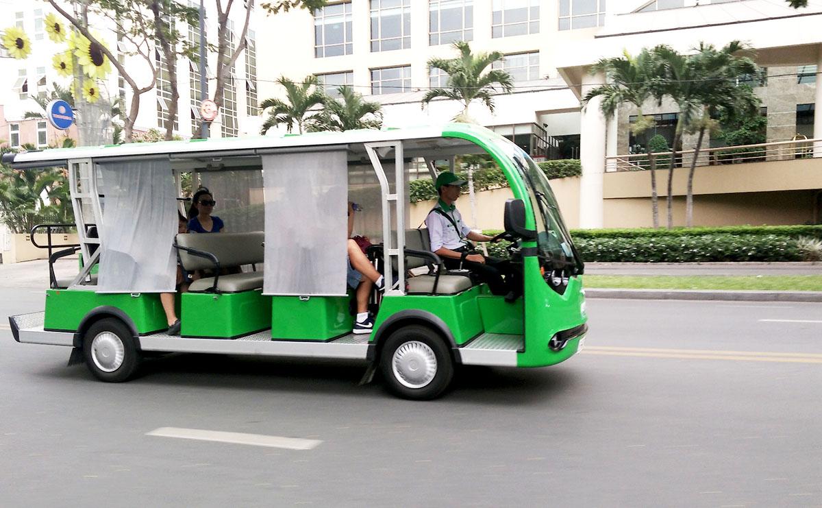 Buýt điện 12 chỗ được doanh nghiệp khai thác chạy trên đường Lê Duẩn, quận 1. Ảnh: Hạ Giang.
