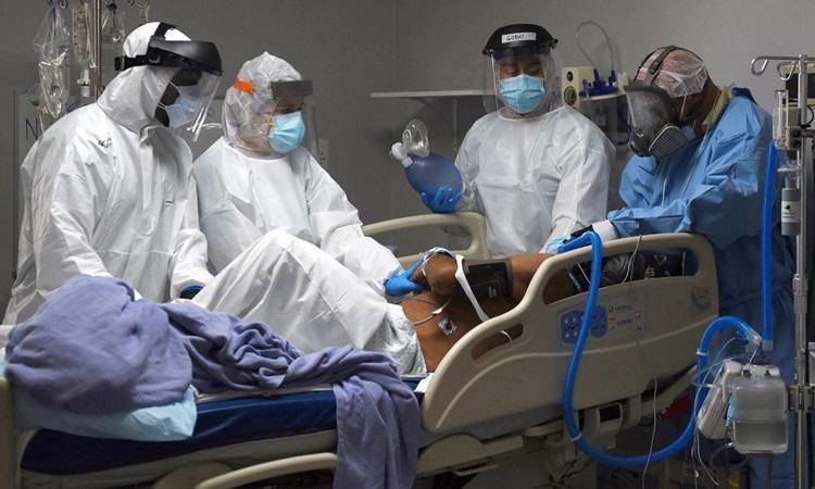 Các bác sĩ điều trị cho một bệnh nhân Covid-19 tại bệnh viện ở thành phố Houston, bang Texas, Mỹ hôm 29/6. Ảnh: Reuters.