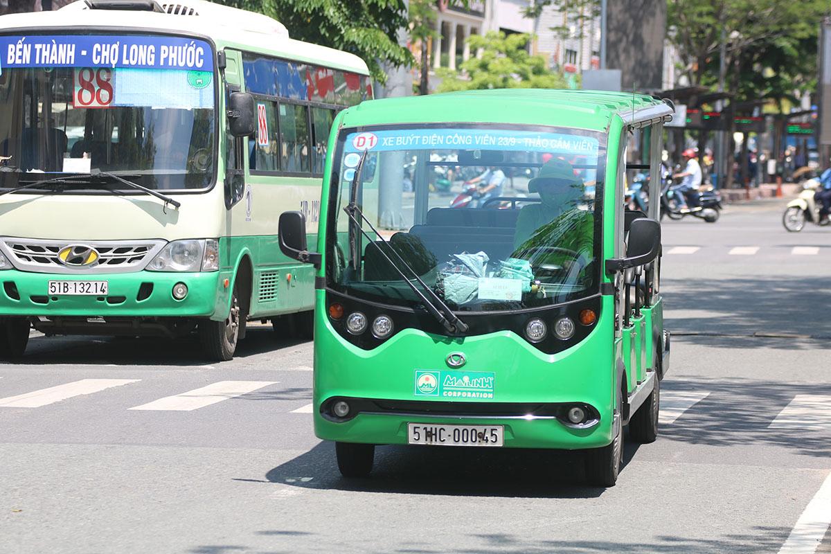 Tuyến buýt D1 (lộ trình: Công viên 23/9 - Thảo Cầm Viên) sử dụng loại xe 12 chỗ do doanh nghiệp khai thác, chạy trên đường Hàm Nghi (quận 1). Ảnh: Hạ Giang.