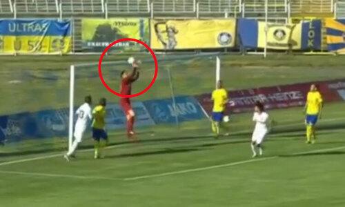 Thủ môn tặng bàn thắng cho đối thủ - 1