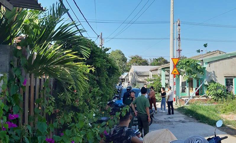 Lực lượng chức năng kiểm tra khu lưu trú ở thị xã Điện Bàn đưa 5 người đi cách ly. Ảnh: Đại Quyên.