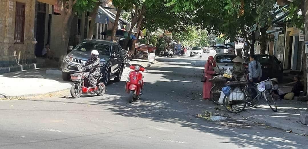 Nữ ninja dừng xe giữa đường mua rau