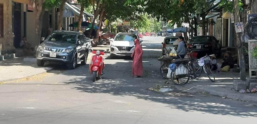 Nữ ninja dừng xe giữa đường mua rau - 2