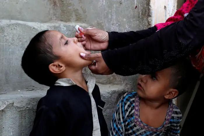 Một cậu bé đang tiếp nhận vaccine bại liệt tại thành phố Karachi, Pakistan, vào ngày 9/4/2018. Ảnh: Reuters.