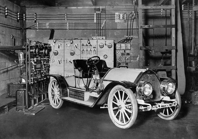 Xe điện đỗ trong một garage tại Cleveland, bang Ohio, Mỹ, năm 1910. Ảnh: Rare Historical Photos.
