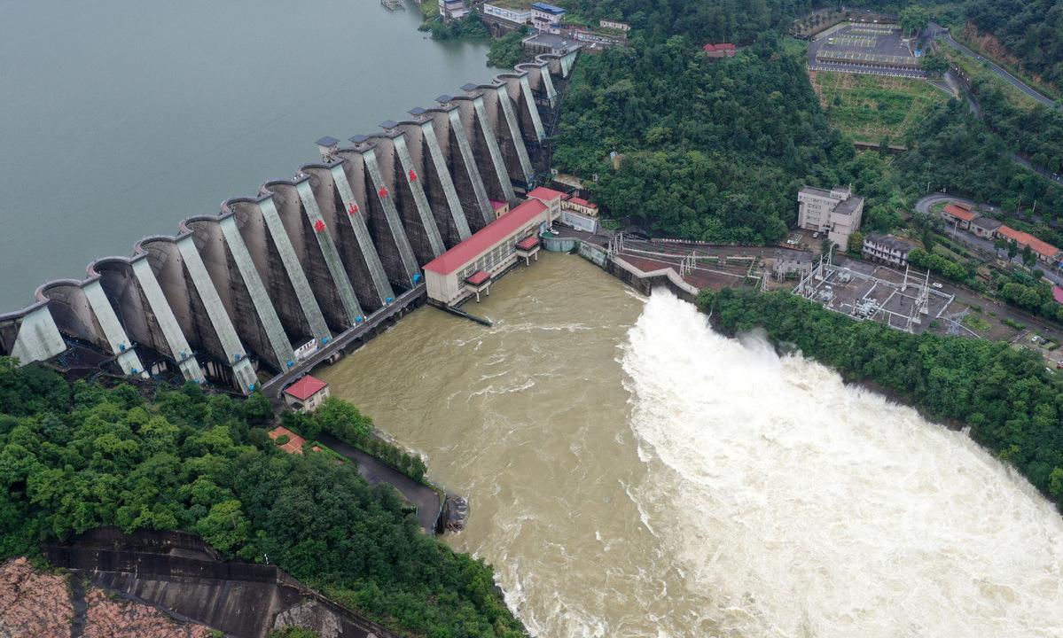 Một hồ chứa ở tỉnh An Huy phải xả nước hôm 19/7. Ảnh: China Daily.