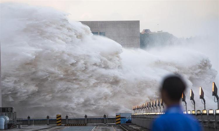 Đập Tam Hiệp ở tỉnh Hồ Bắc, Trung Quốc xả lũ hôm 19/7. Ảnh: Xinhua.