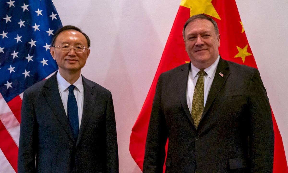 Ngoại trưởng Mỹ Mike Pompeo (phải) và nhà ngoại giao Trung Quốc Dương Khiết Trì trong cuộc gặp tại Hawaii, Mỹ, hôm 17/6. Ảnh: Reuters.