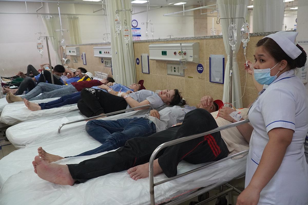 Nhiều công nhân đang cấp cứu tại bệnh viện đa khoa Đồng Nai tối 20/7. Ảnh: Phước Tuấn