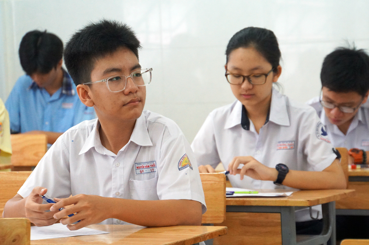 Thí sinh trong phòng thi chuyên tiếng Anh, điểm thi THPT Lương Thế Vinh (quận 1), kỳ thi tuyển sinh lớp 10 TP HCM. Ảnh: Mạnh Tùng.