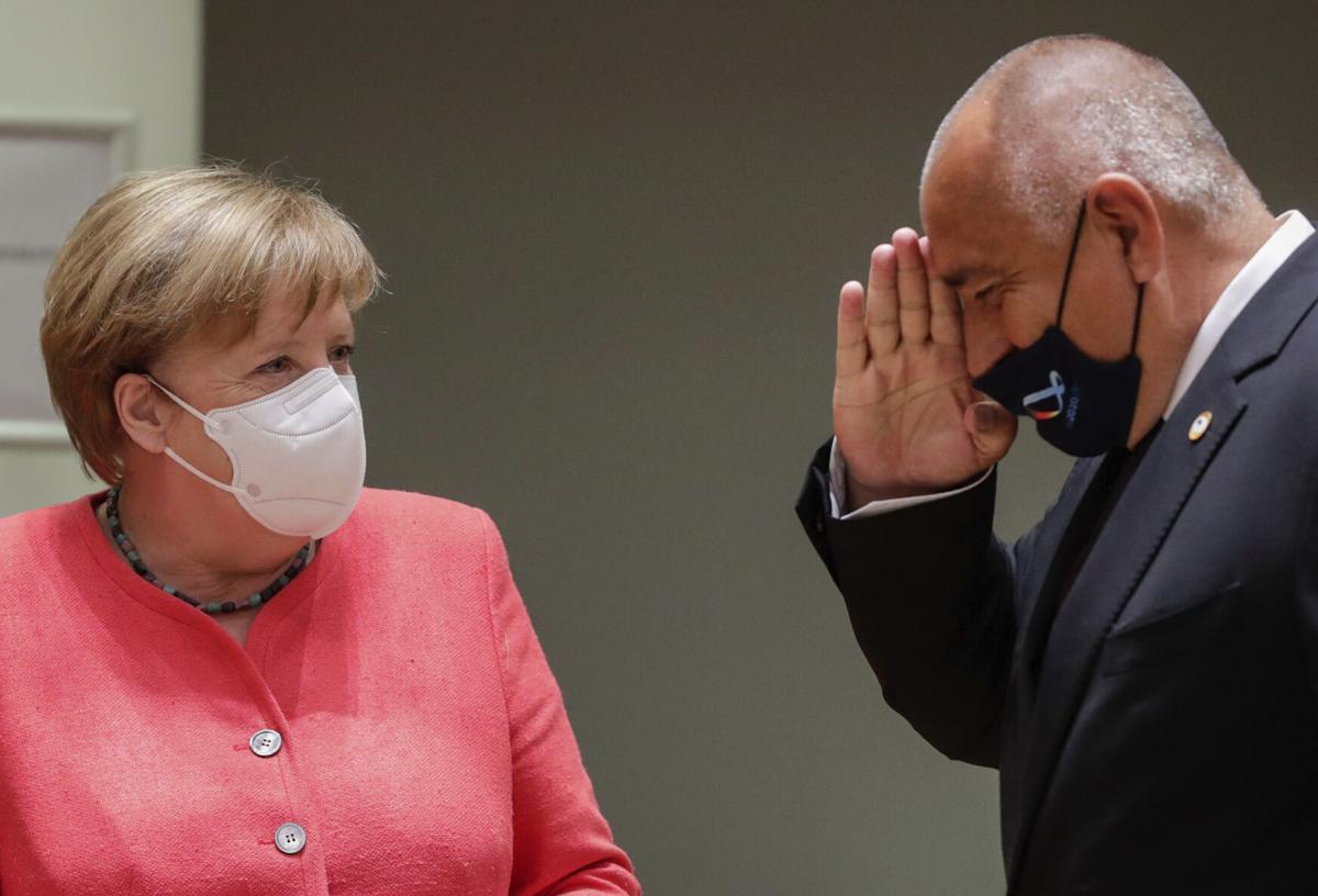 Thủ tướng Bulgaria Boyco Borrisov (phải) giơ tay chào Thủ tướng Đức Angela Merkel tại hội nghị ở Brussels, Bỉ hôm 17/7. Ảnh: AP.