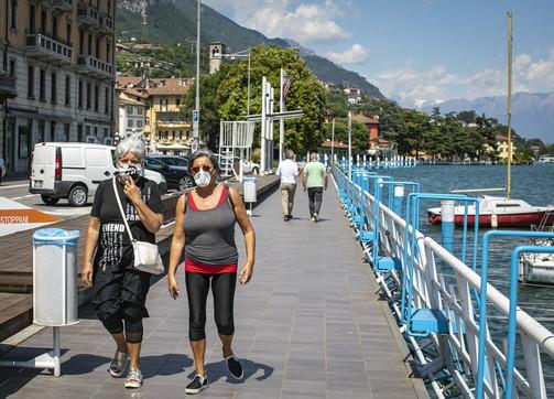 Người dân đi bộ ven hồ sau khi lệnh phong tỏa được dỡ bỏ tại Bergamo, Italy, hôm 25/5. Ảnh: Reuters.