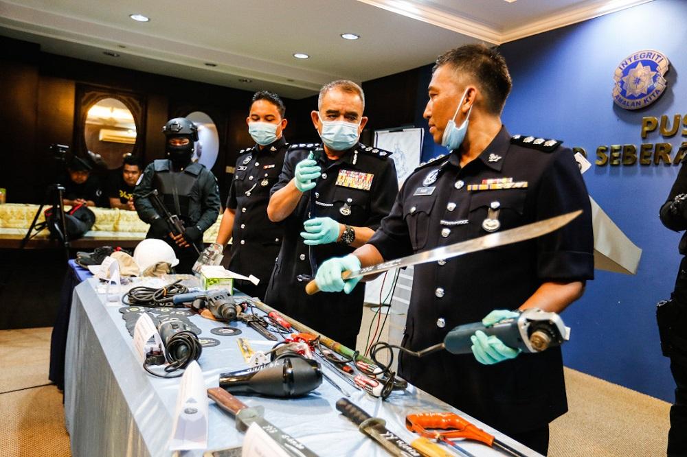 Cảnh sát huyện Seberang Prai Utara, bang Penang, Malaysia, trưng các tang vật thu được tại xe và nhà của hai nghi phạm Việt trong cuộc họp báo hôm 20/7. Ảnh: Malay Mail