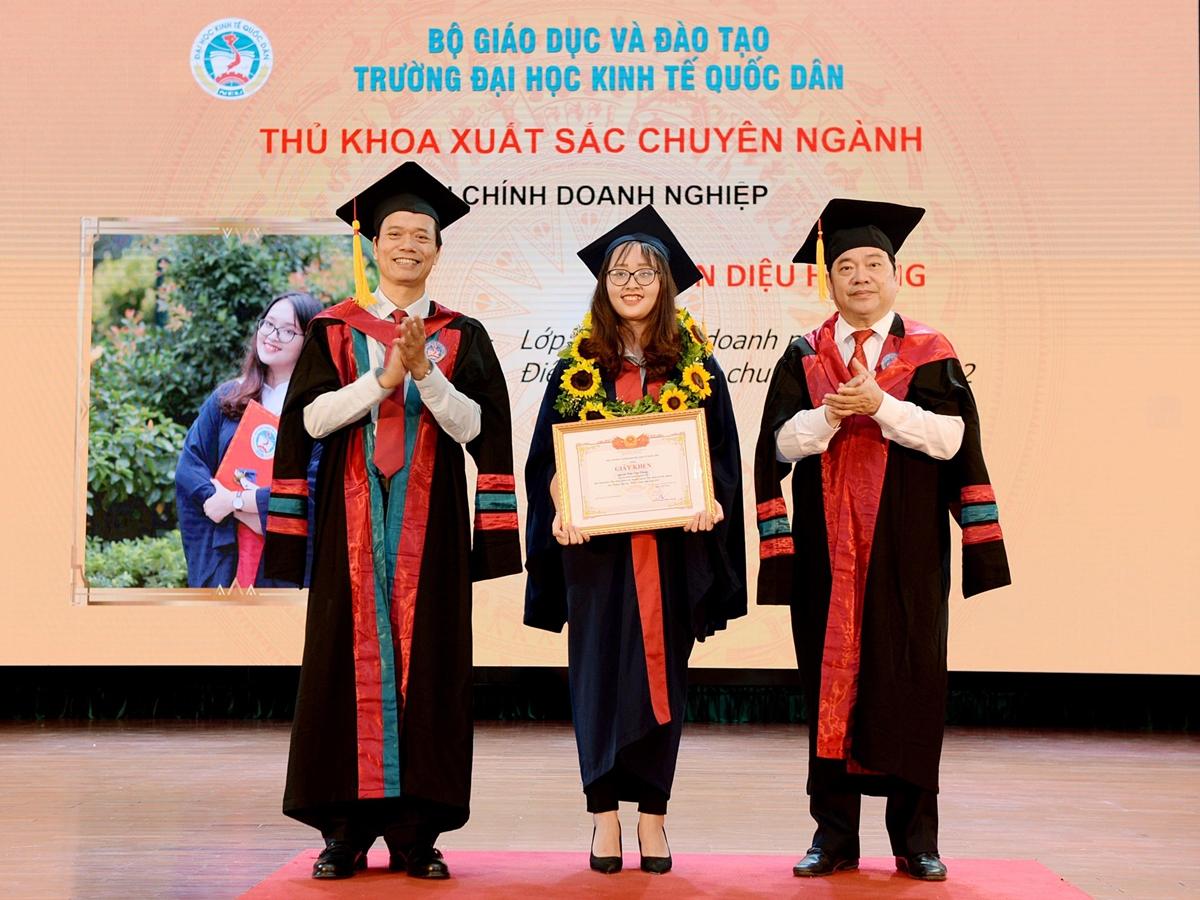 Trần Diệu Hương trong ngày nhận bằng tốt nghiệp sớm vào giữa tháng 7 của Đại học Kinh tế Quốc dân. Ảnh: NEU