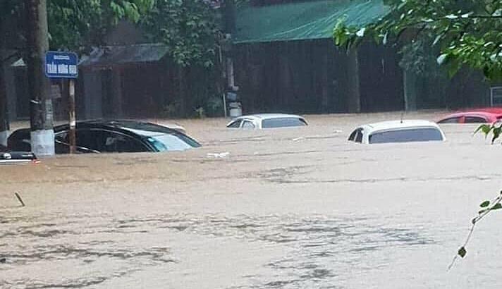 Nước ngập lút nóc ôtô ở thành phố Hà Giang. Ảnh: Xuân Hòa.