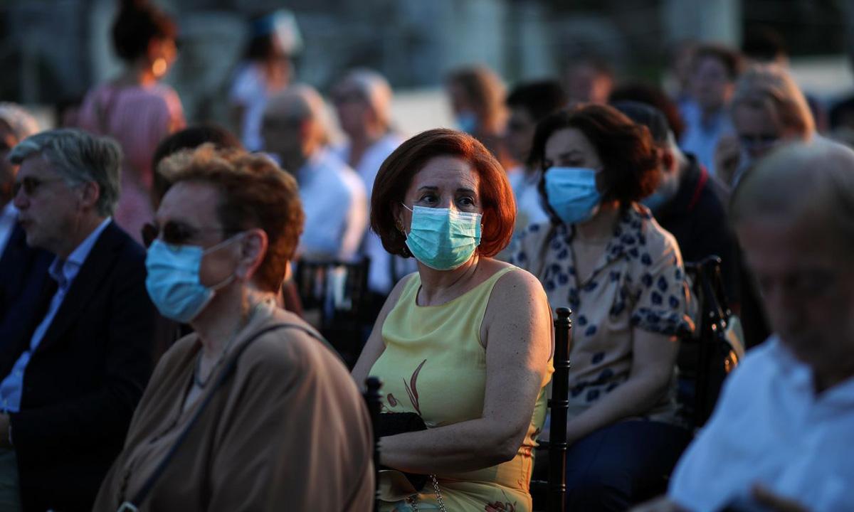 Các khán giả tới xem buổi biểu diễn ở Nhà hát Quốc gia Hy Lạp tại thủ đô Athens hôm 18/7. Ảnh: Reuters.