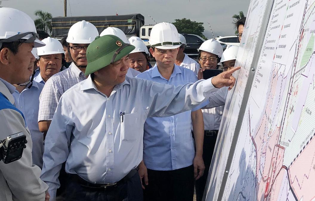 Thủ tướng Nguyễn Xuân Phúc thị sát Khu tái định cư Lộc An - Bình Sơn sáng 21/7. Ảnh: Phước Tuấn.