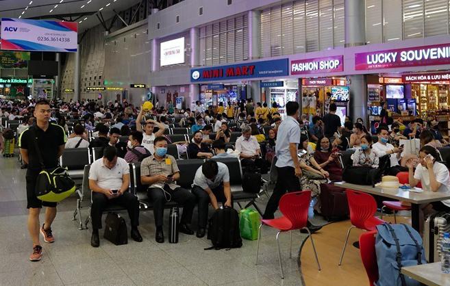 Hành khách ngồi kín sảnh chờ sân bay Đà Nẵng. Ảnh: Ngọc Thành.