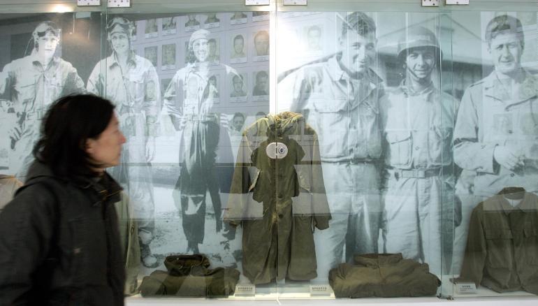 Đồng phục cũ của phi đội Hổ bay được trưng bày trong bảo tàng ở Tứ Xuyên, Trung Quốc năm 2005. Ảnh: AFP.