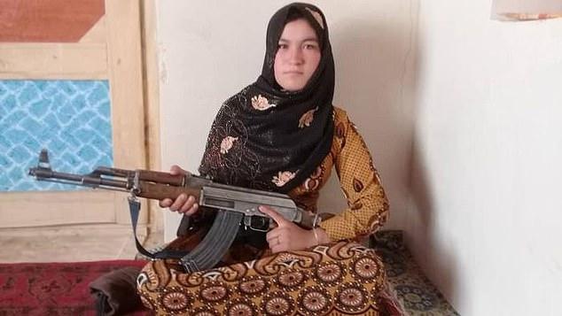 Qamar Gul, thiếu nữ Afghanistan được ca ngợi vì bắn hạ hai phiến quân Taliban. Ảnh: AFP