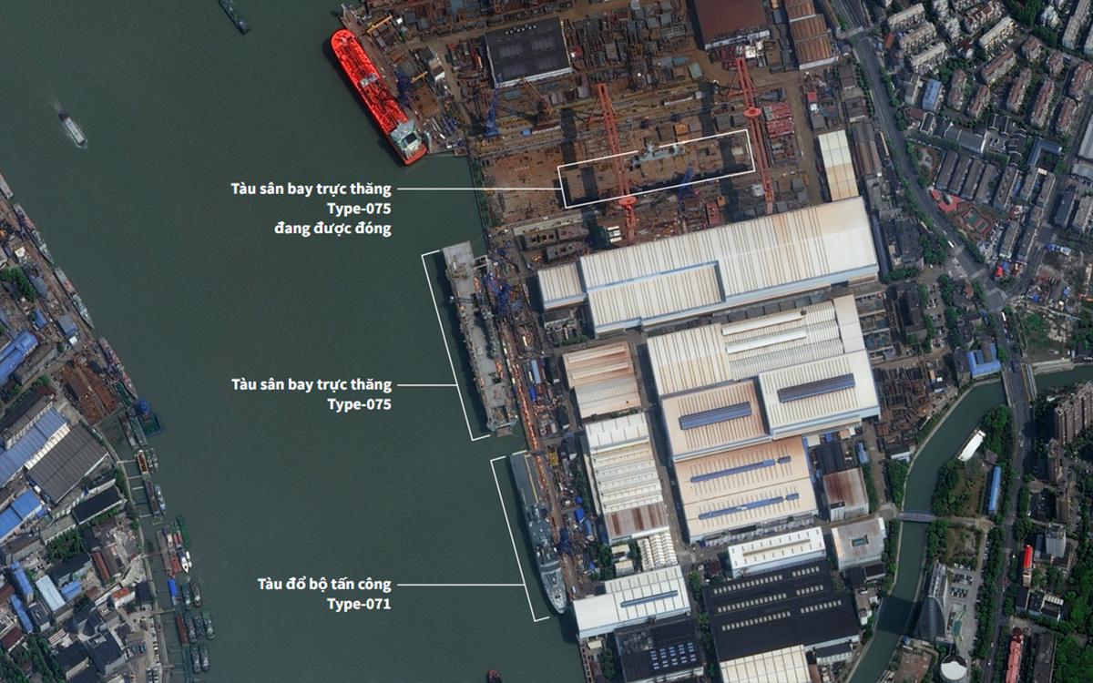 Hai tàu sân bay trực thăng Type-075 và tàu đổ bộ tấn công Type-071 tại nhà máy đóng tàu ở Thượng Hải, ngày 1/4. Ảnh: Reuters.