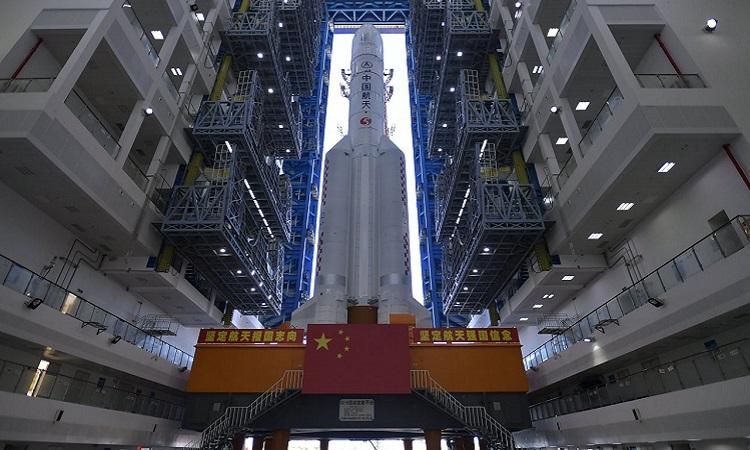 Tên lửa Trường Chinh 5 ở căn cứ phóng. Ảnh: Xinhua.