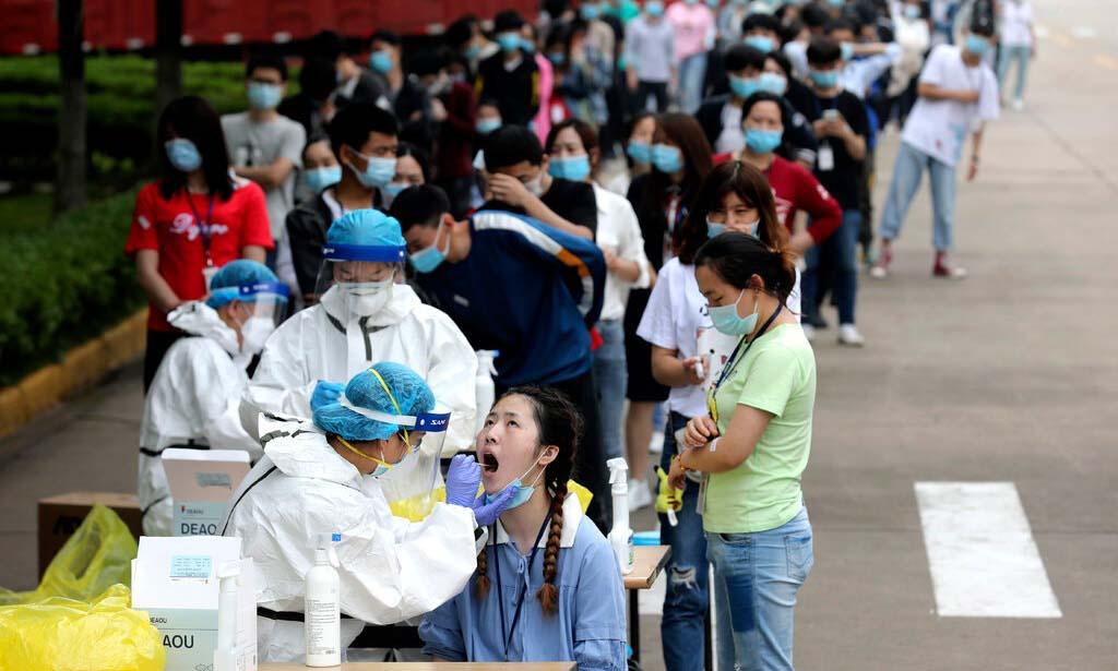 Người dân xếp hàng xét nghiệm nCoV tại Vũ Hán, Trung Quốc, hồi tháng 5. Ảnh: AP.