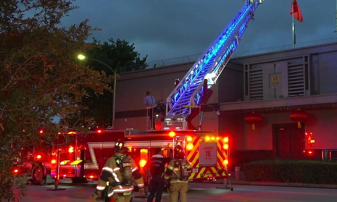 Xe cứu hỏa được điều động tới Tổng lãnh sự quán Trung Quốc tại thành phố Houston, bang Texas, ngày 21/7. Ảnh: Twitter/KPRC2Tulsi.