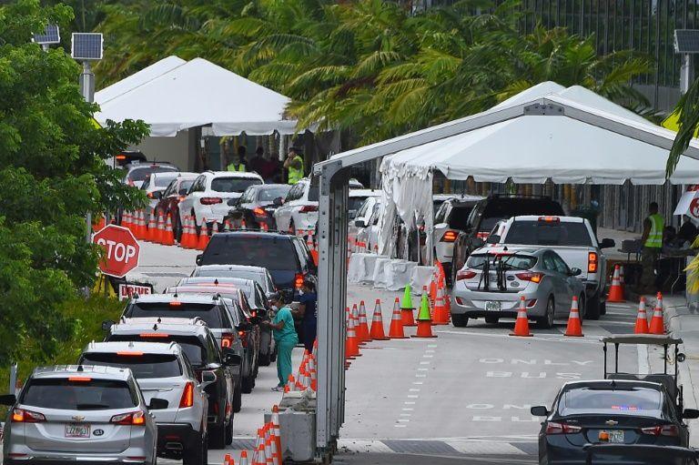 Dòng người xếp hàng chờ xét nghiệm ở thành phố Miami Beach, bang Florida. Ảnh: AFP