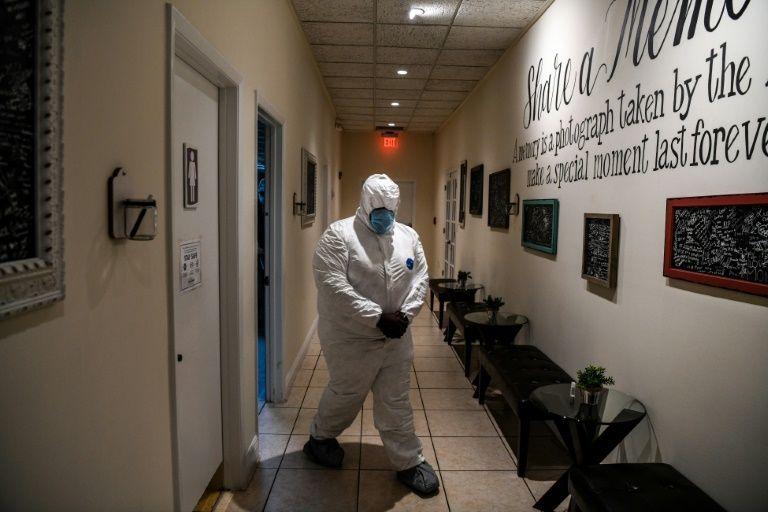 Bradley Georges mặc đồ bảo hộ tại nhà tang lễ Van Orsdel ở thành Miami, bang Florida. Ảnh: AFP